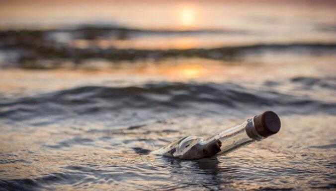 Anglis saņem pirms 44 gadiem jūrā paša mestu pudeli ar vēstījumu