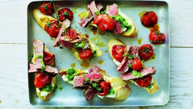 Brušeta ar steiku un tomātiem