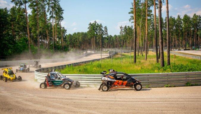 Latvijas rallijkrosa sezonas ievadā dalībnieki sarūpē spraigas cīņas katrā Biķernieku trases līkumā