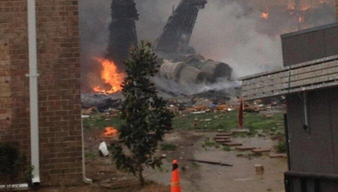 ASV militārā lidmašīna ietriecas dzīvojamo ēku kompleksā, deviņi cilvēki cietuši