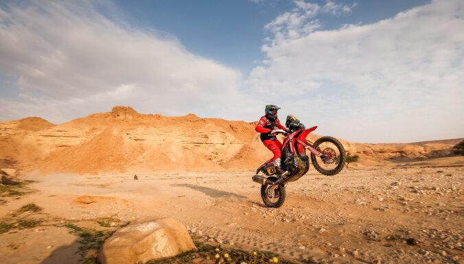 Dakaras piektajā posmā uzvarētājs motociklu klasē finišē ar lauztu degunu