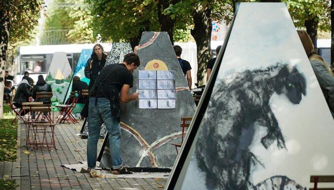 Foto: Ar gleznošanas performanci Rīgas centrā atklāta LMA studentu darbu izstāde