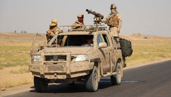 Afganistānā saduras ievainotus karavīrus evakuējoši helikopteri