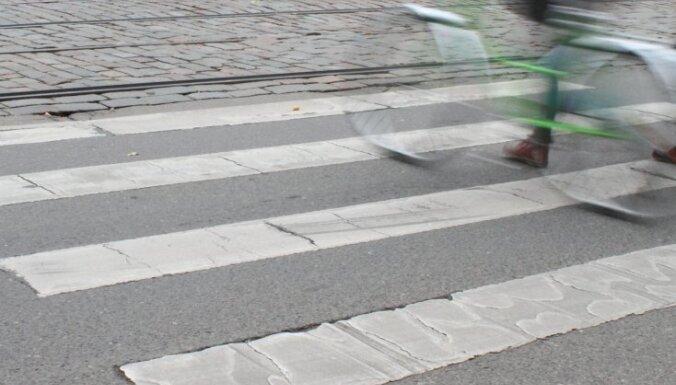 Неустановленное авто сбило на пешеходном переходе пожилую женщину