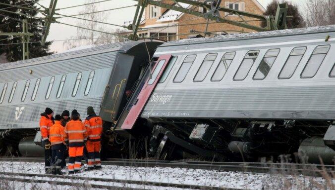 Zviedrijā no sliedēm noskrējis vilciens; 11 cilvēki ievainoti