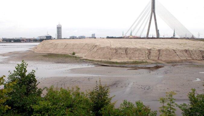 Juglas krasti обещает убрать гору песка у Вантового моста до конца года