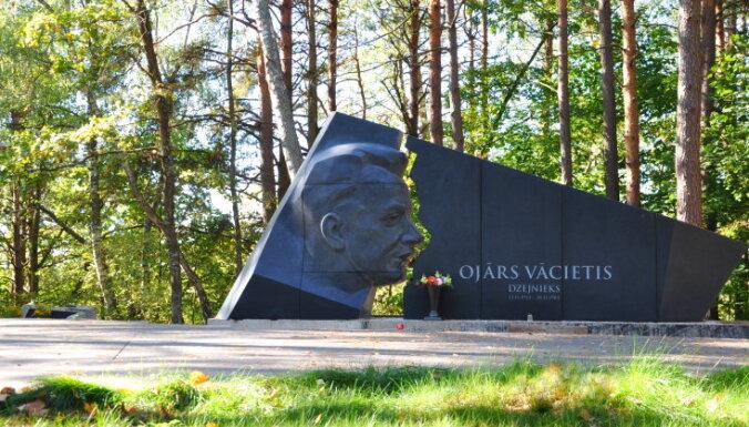 Carnikavas kapsētā atklās Ojāra Vācieša piemiņas vietu