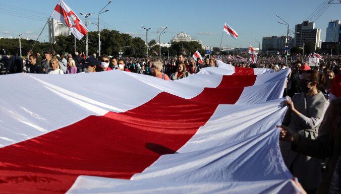 Minskā izvietota bruņutehnika; Tihanovska aicina turpināt protestus