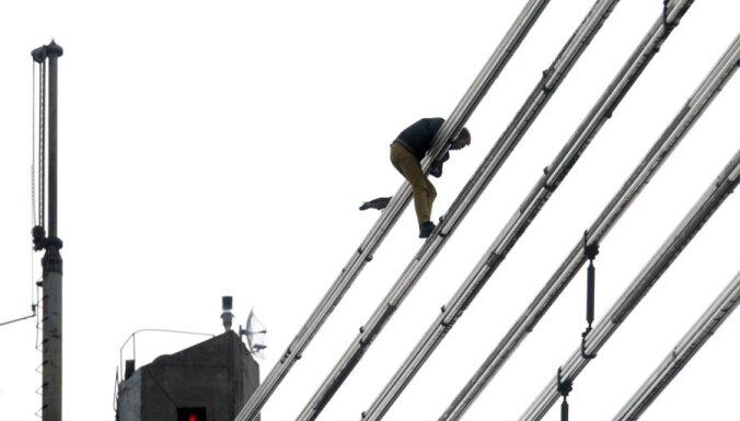 """Чиновник: Вантовый мост был покрыт """"скользкой"""" краской"""