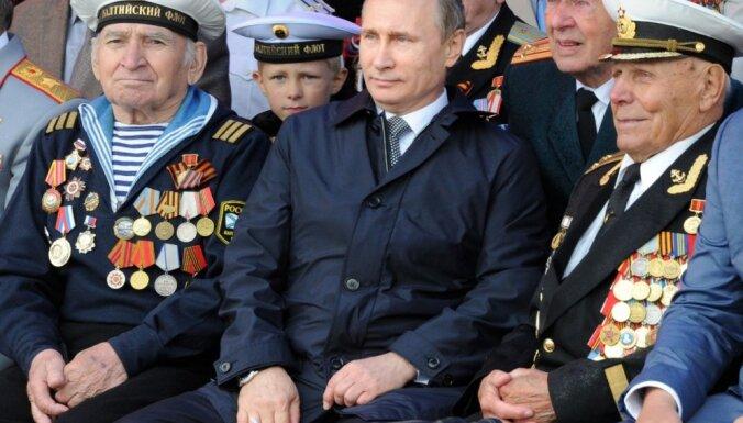 Путин ввел ежегодные денежные выплаты ветеранам в Латвии
