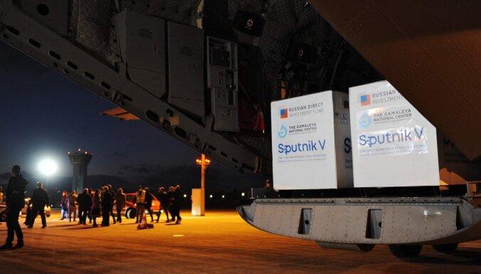 """ВИДЕО: Каковы шансы """"Спутник V"""" в Латвии? Дискуссия в студии Delfi TV"""