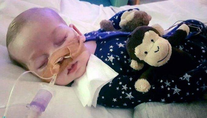 Папа римский и Трамп пытаются помочь родителям умирающего младенца