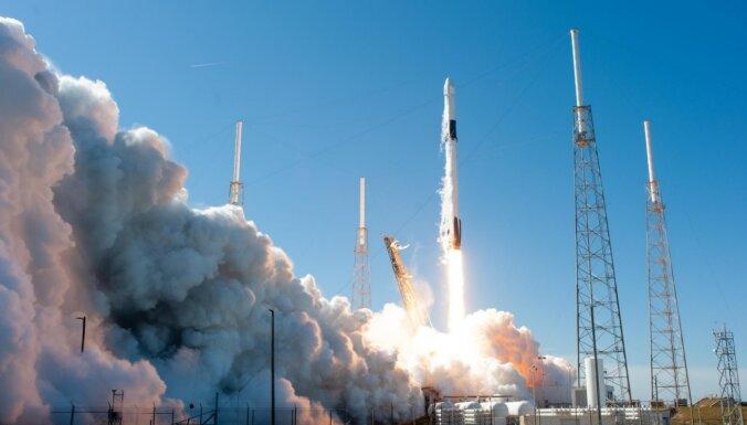 'SpaceX' paraksta līgumu par četru tūristu nosūtīšanu kosmosā