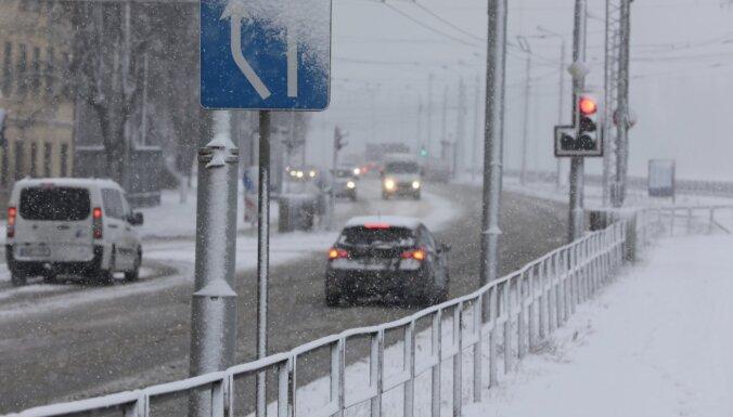 """Желтое предупреждение: Латвию """"накроет"""" дождь со снегом, возможна метель"""