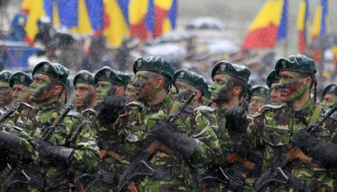 Foto: Ar militāro parādi atzīmē Rumānijas Nacionālo dienu