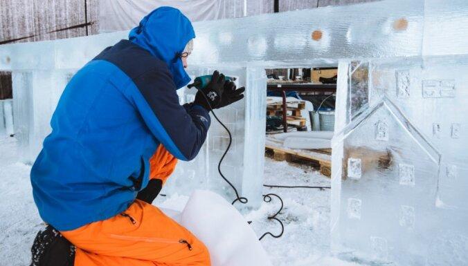 Foto: Jelgavā top pirmās ledus skulptūras