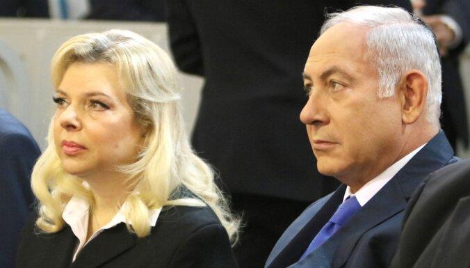 ВИДЕО: жена Нетаньяху устроила скандал в самолете и бросила на землю хлеб и соль