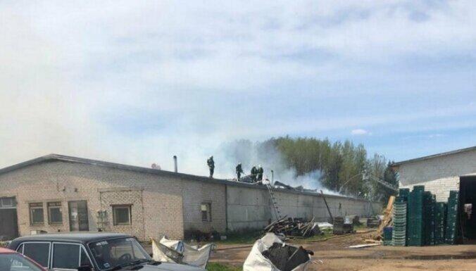 Под Огре горел ангар: площадь пожара составила 1800 кв.метров