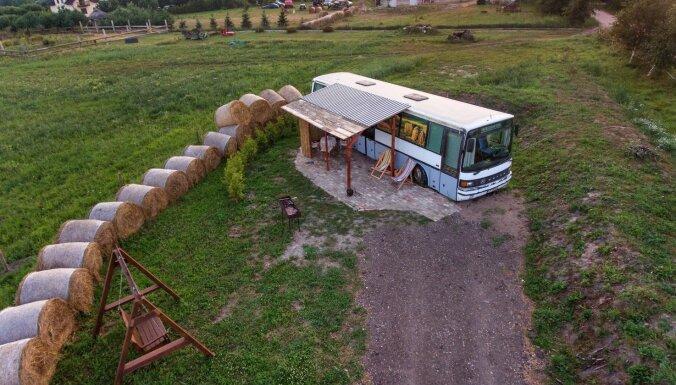 Uz salas, autobusā vai kokā: interesantas tūristu naktsmītnes Latvijā