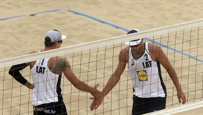 Latvijas pludmales volejbolisti iekļūst četru zvaigžņu turnīra izslēgšanas spēlēs