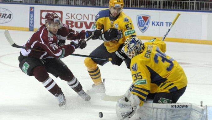 Strīdīgs vārtu guvums palīdz Rīgas 'Dinamo' pārspēt 'Atlant'