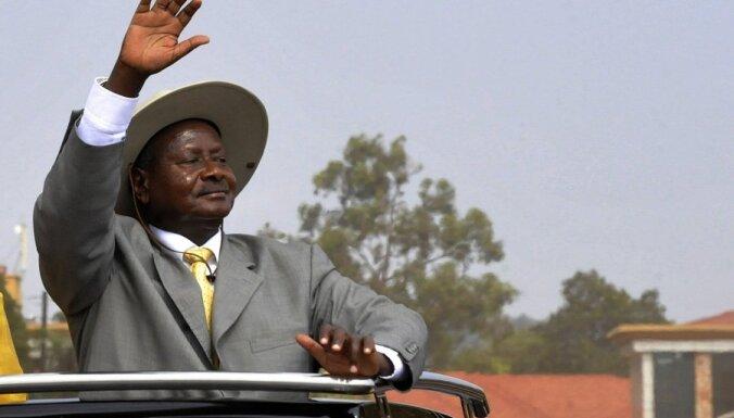 Ugandas prezidents jauniešiem pasniedz maisu ar naudu