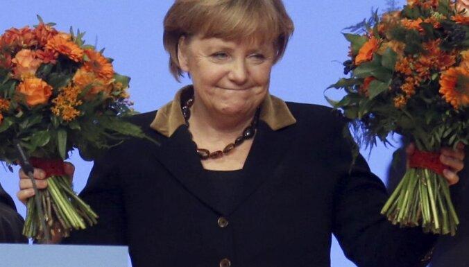 Merkeles atbalstītāji nosūtījuši uz kancleres biroju 130 ziedu pušķus