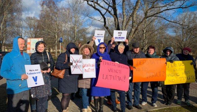 ВИДЕО: Местные жители пригнали тяжелую технику на улицы Стренчи, протестуя против территориальнй реформы