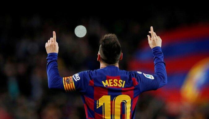 Messi ar 'hat-trick' kaldina 'Barcelona' pārliecinošu uzvaru