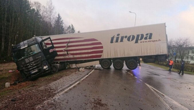 Эстония: в ДТП попала фура из Латвии, водитель госпитализирован
