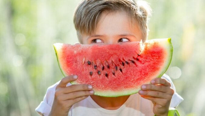No kāda vecuma bērniem var dot arbūzus un vīnogas