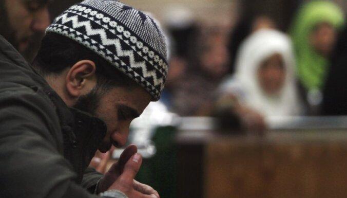 Musulmaņu vīriešiem Francijā ir četrkārt sliktākas izredzes uz darba interviju nekā katoļiem, secināts pētījumā