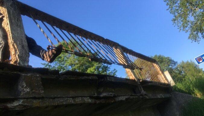 Ceļu būvētāji aicina slēpņot tiltu konstrukcijās; likumsargi uztraucas par drošību