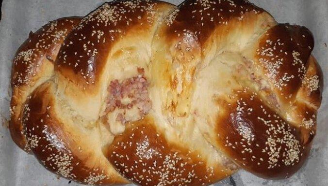 Sāļais pīrāgs ar sieru, krabju nūjiņām un žāvētu cauraudzīti