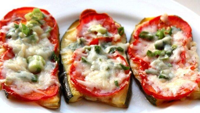 Krāsnī ceptas kabaču šķēles ar tomātiem un sieru