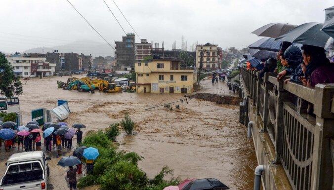 Foto: Nepālā plūdos un zemes nogruvumos dzīvību zaudējuši 43 cilvēki
