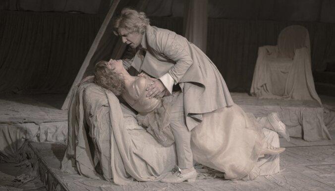 Foto: Dailes teātra tapis krāšņs lugas 'Bīstamie sakari' iestudējums