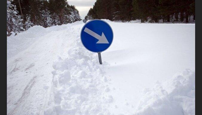 Snieg un puteņo visā Latvijā, pēcpusdienā kļūs aukstāks