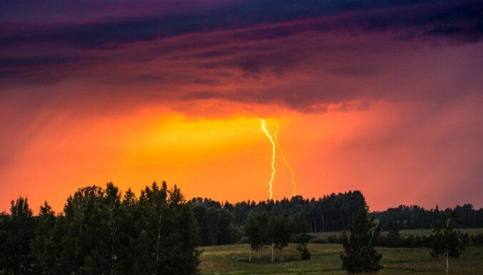 Великолепные ФОТО молний в грозовом небе Латвии