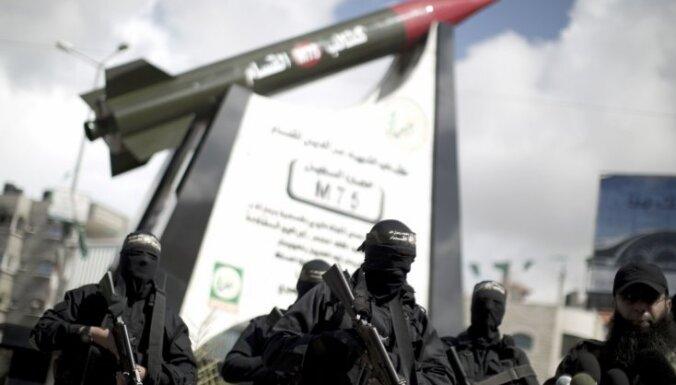 Foto: Gazā atklāj pieminekli raķetei
