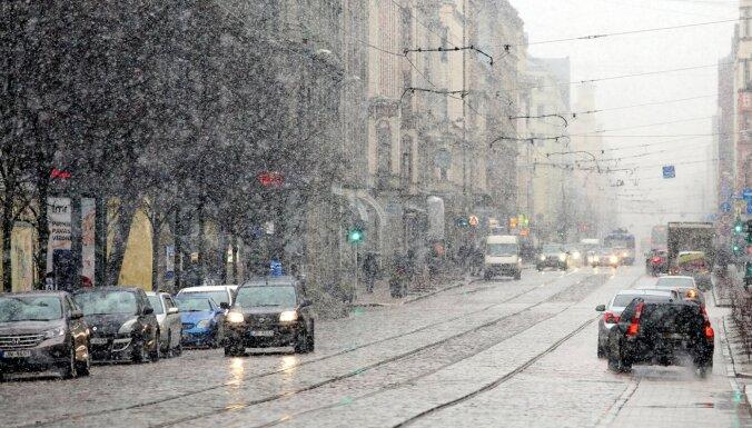 Dienā daudzviet gaidāmi nokrišņi – lietus, vietām arī sniegs