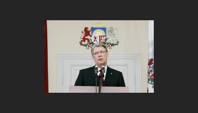Zatlers izsaka kritiku Godmanim par finansējuma samazināšanu Latvijas Radio un LTV