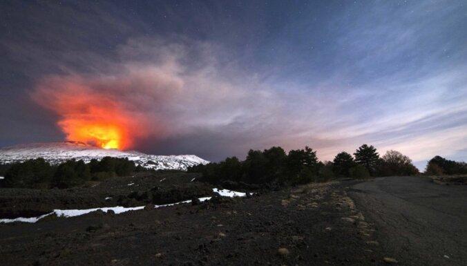 Etnas izvirduma dēļ Sicīlijā uz laiku slēgta lidosta