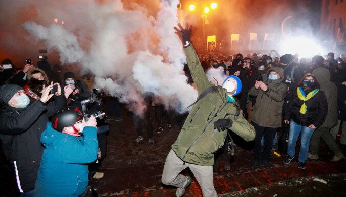 Беспорядки в Киеве из-за приговора Стерненко. Протестующие бьют окна в администрации президента