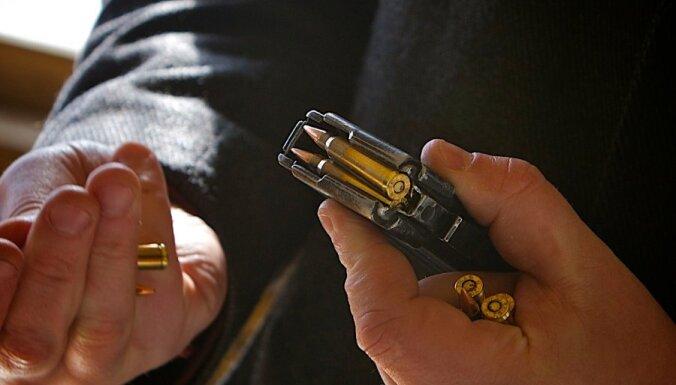 Video: Vīrieši Rīgā garāmgājējiem draud ar ieroci