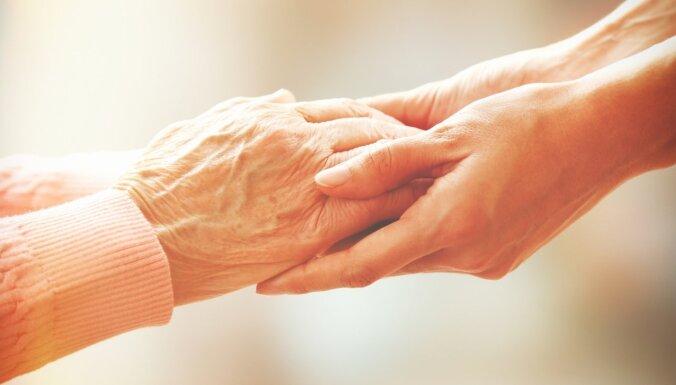 Apsolīju rūpēties par slimo vecmāmiņu, bet vairs nespēju tā dzīvot