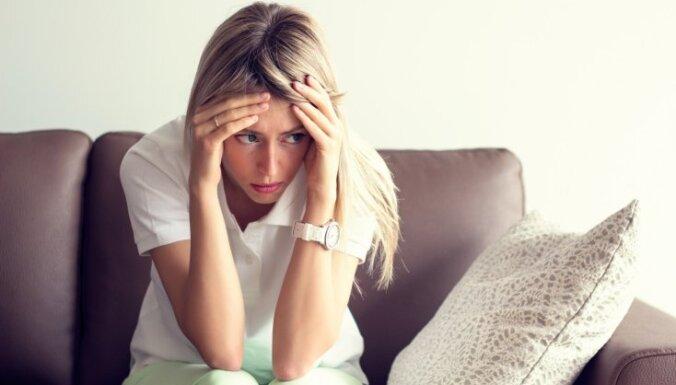 sieviete skumjas vientulība