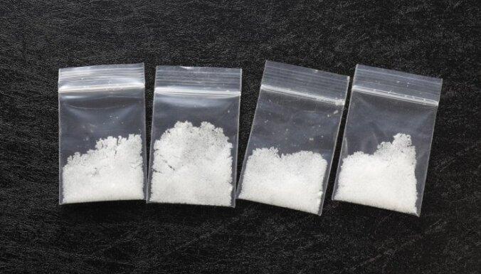Наркоманы пытались избавиться от метамфетамина на глазах у полиции