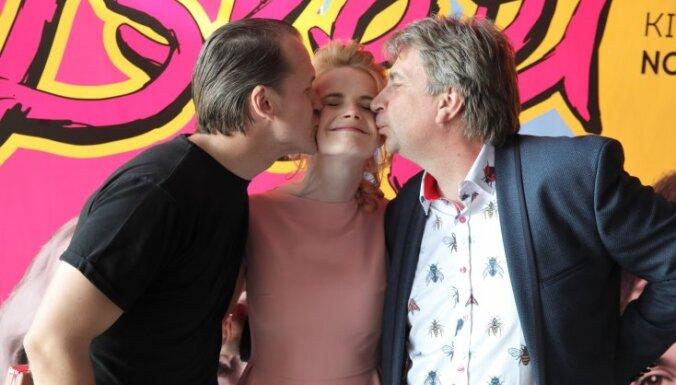 Foto: Kino gardēži pulcējas Ēķa jaunās seksa komēdijas pirmizrādē