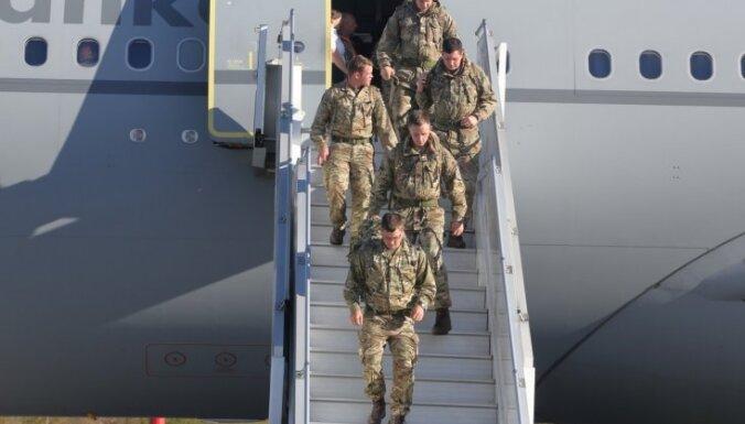 Батальон НАТО прибывает со своими поварами и хоккейным инвентарем